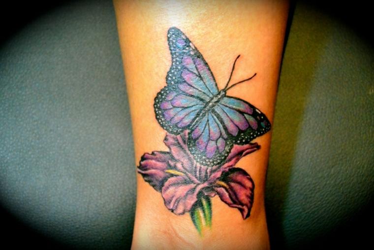 tatuajes de mariposas con flores