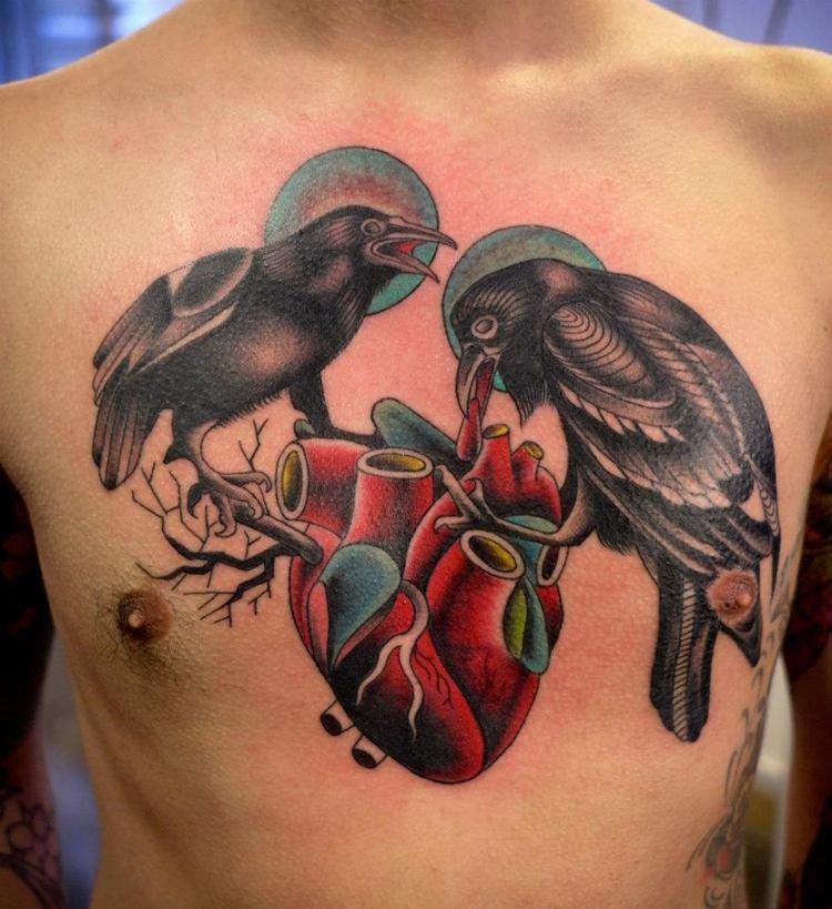 tatuajes en el pecho ave cuervos negros corazon