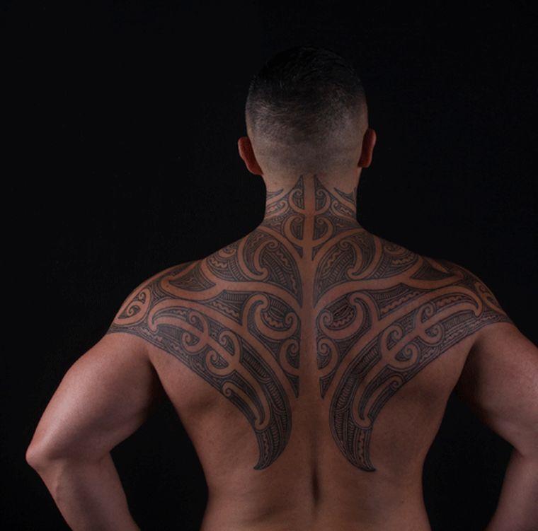 tatuajes maoríes significado espalda-hombre