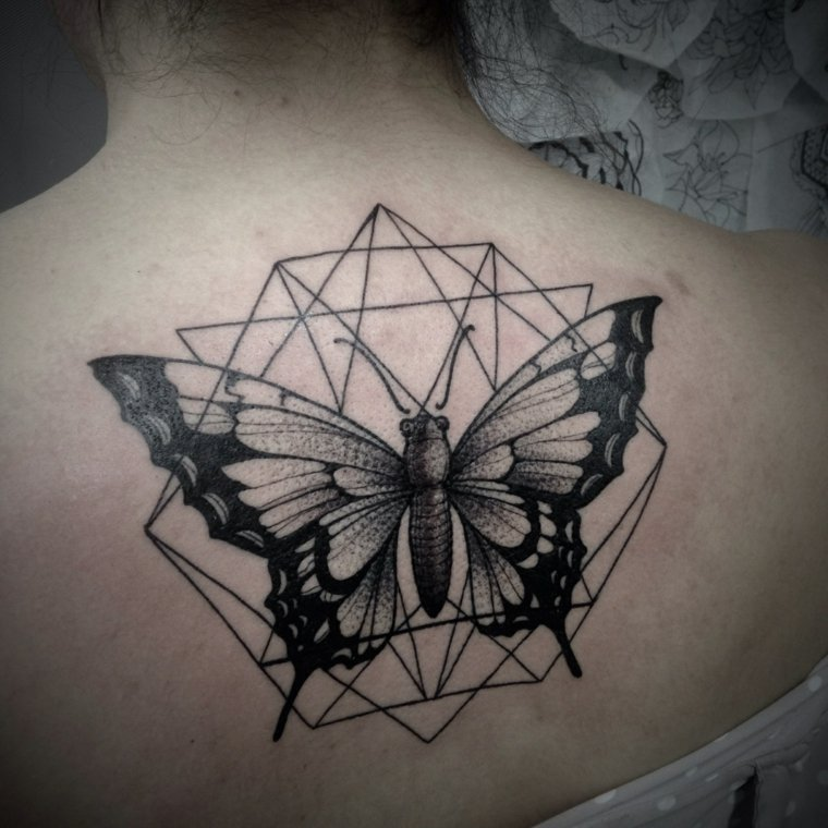 tatuajes-mariposa-negro-diseno-geometrico