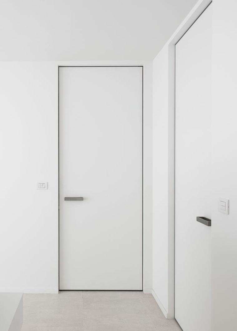 puerta blanca de estilo minimalista