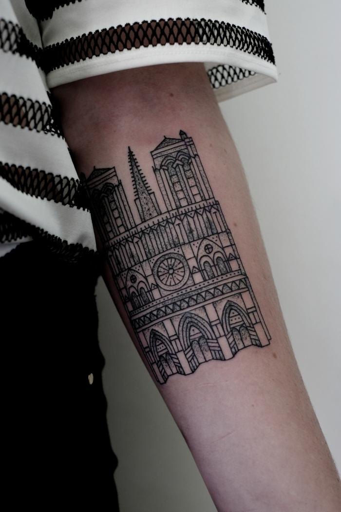 bella catedral tatuada brazos
