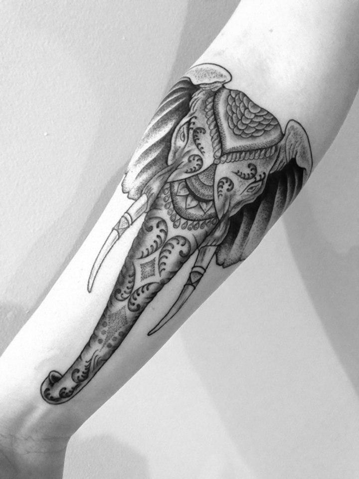 cabeza elefante tatuada tradicional
