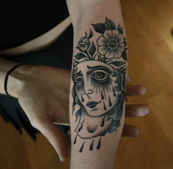 cara mujer tatuada realista