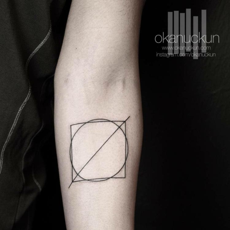 combinacion simbolos tatuados brazo