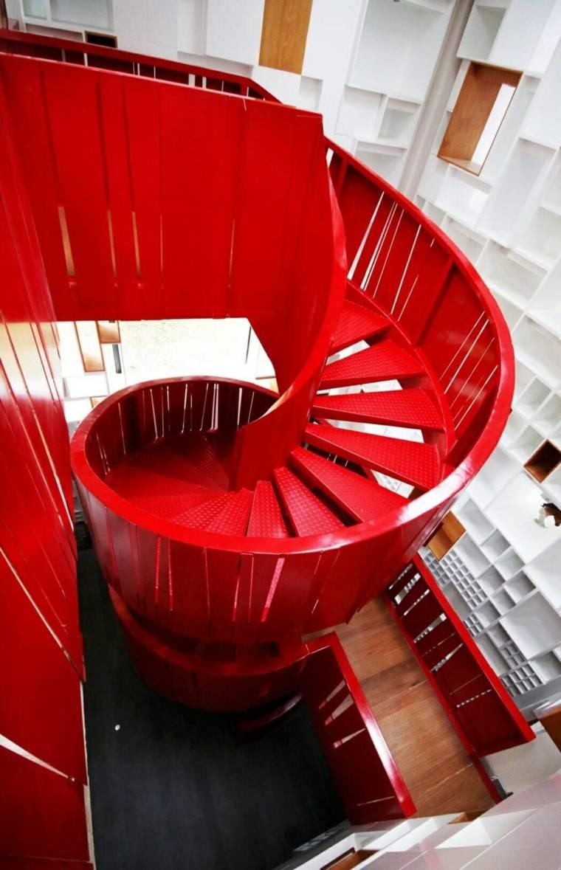 escaleras rojas de caracol