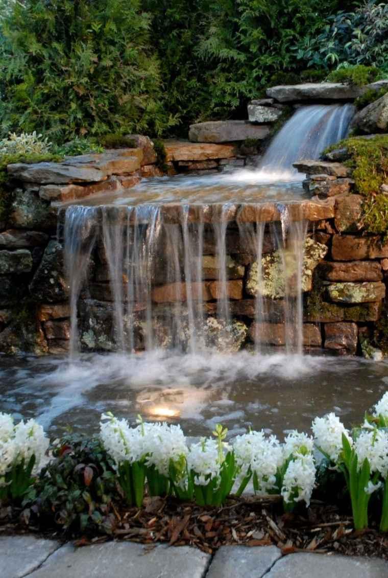bonita fuente de rocas