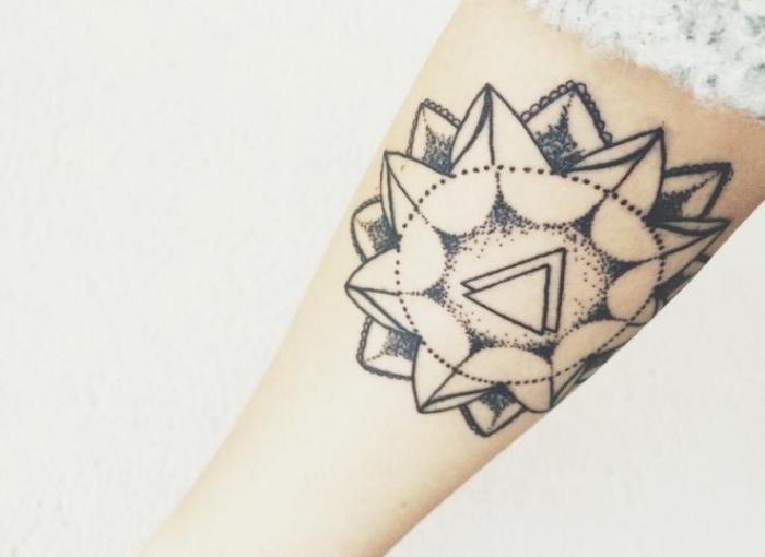 flor geometrica triangular moderna tatuada