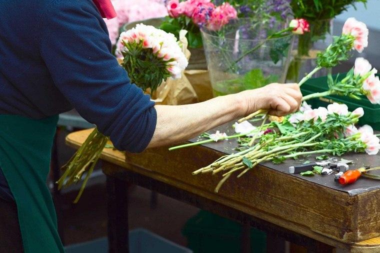 florista-trabajando-boda-consejos-novia
