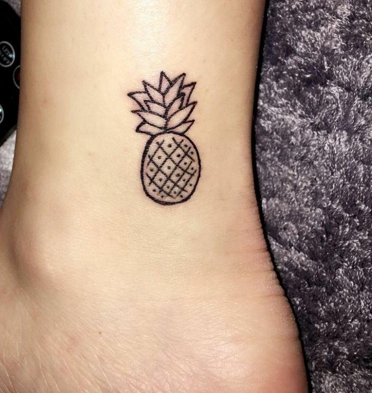 fruta tatuada tobillo femenino