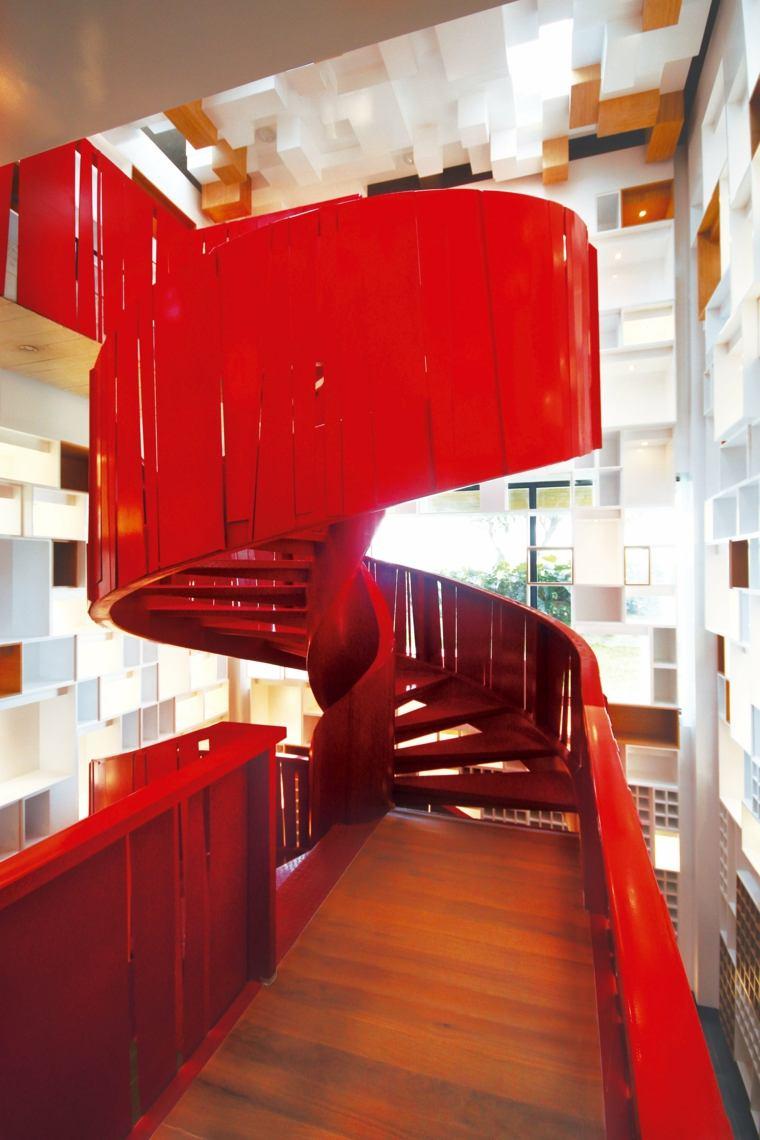 impresionantes escaleras rojas de caracol