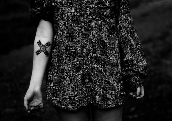 lineas cruzadas tatuadas brazo