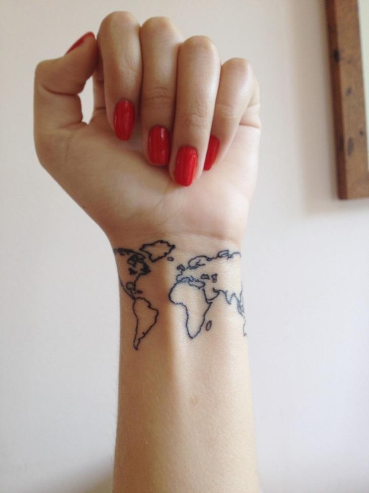 mapa universal manos tatuadas