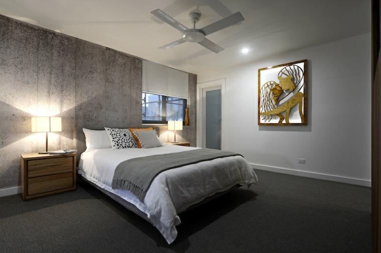 habitación con pared de acento
