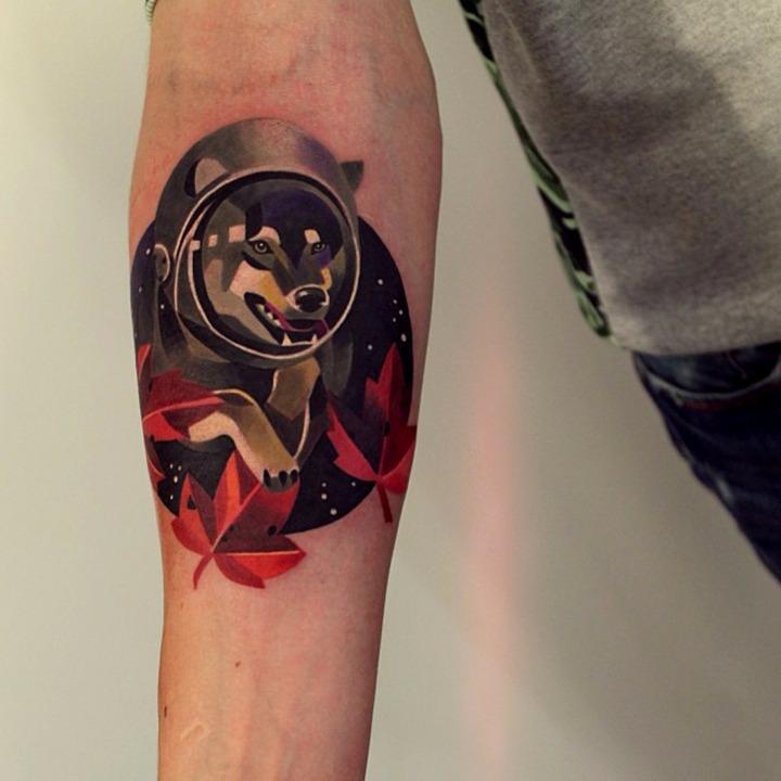 perro tatuado brazo colorido