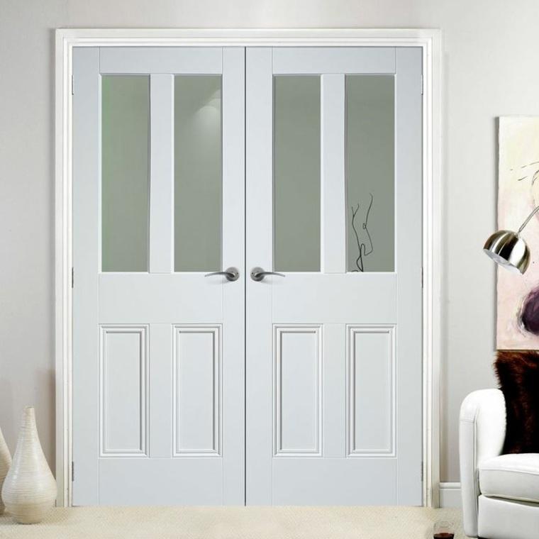 portal clásico con paneles de vidrio