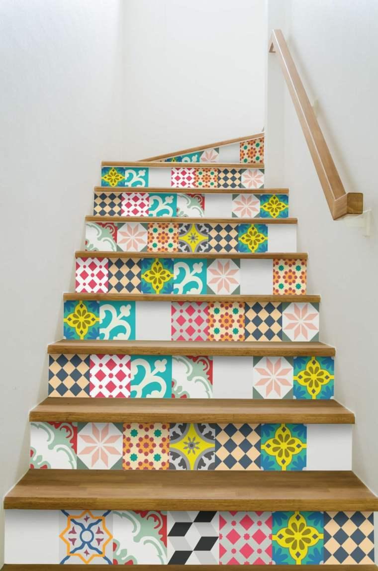 peldaños de escaleras con azulejos
