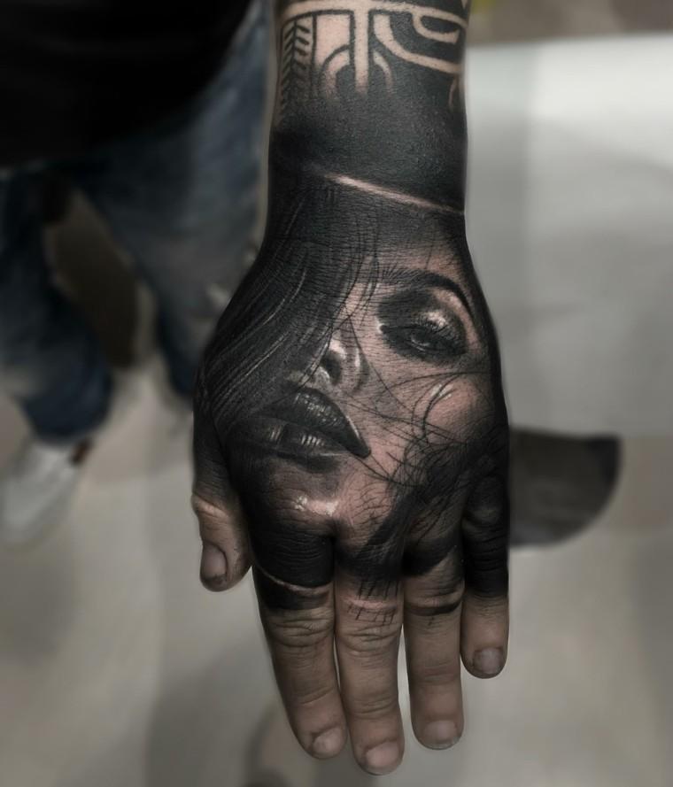 tatuaje-realista-mano-rostro-diseno