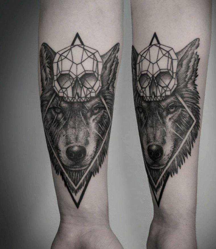 tatuaje-anterbrazo-lobo-calavera-diseno-moderno