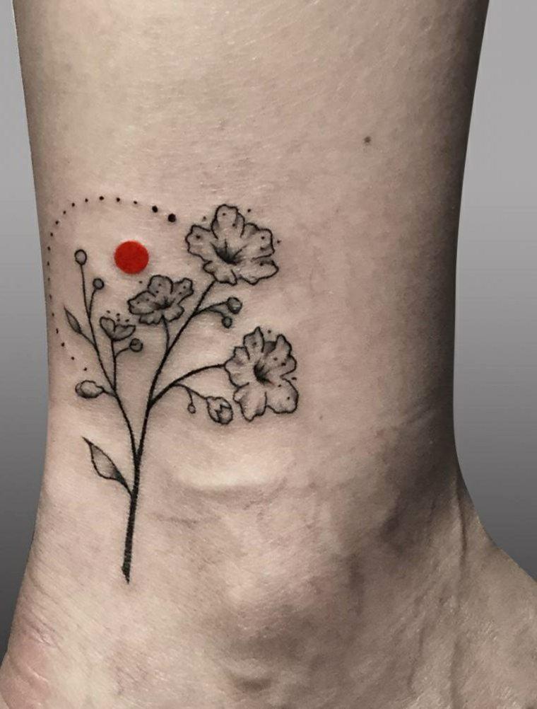 tatuaje-bello-flores-punto-rojo