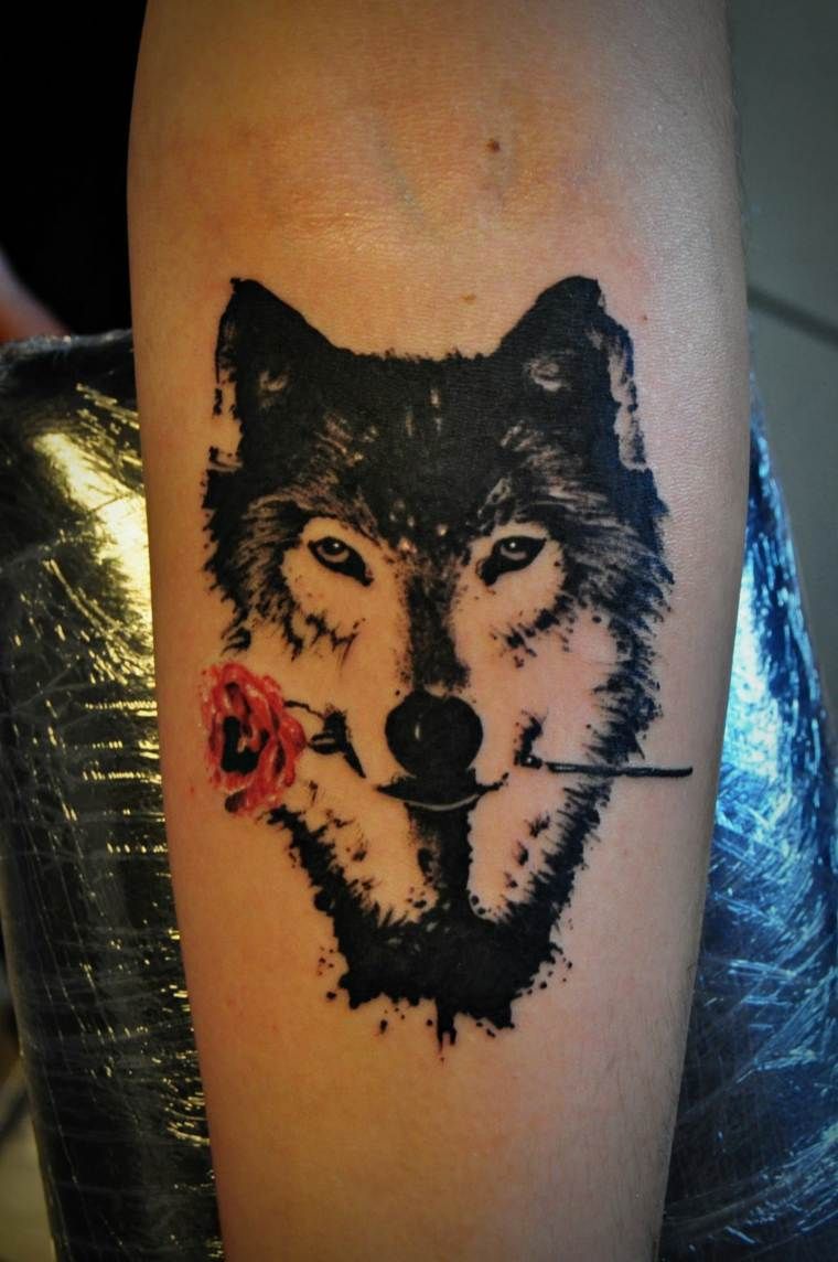 tatuaje-lobo-rosa-diseno-original