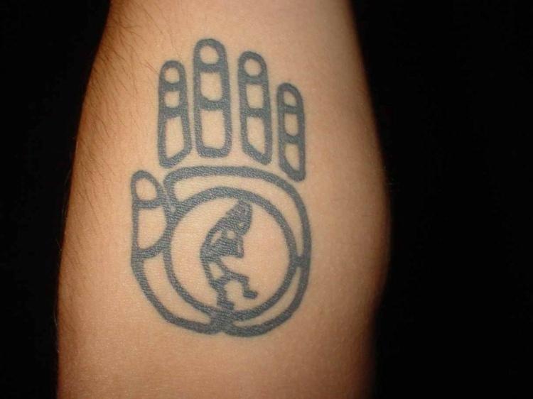 tatuaje mano simbolo indio