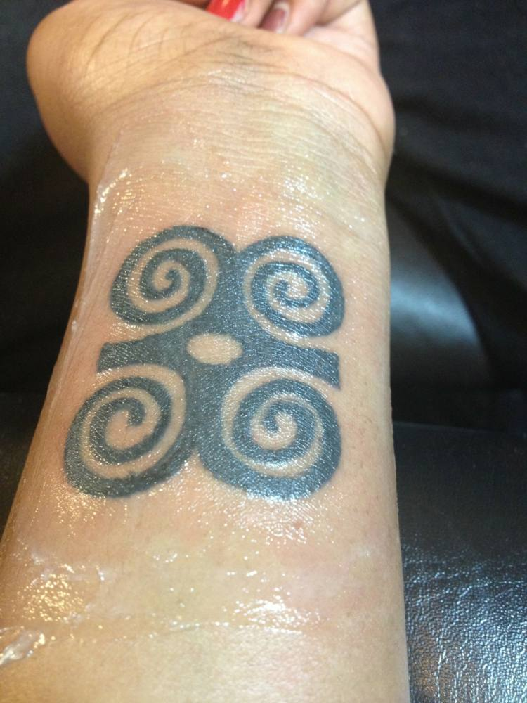 tatuaje simbolo africano fuerza