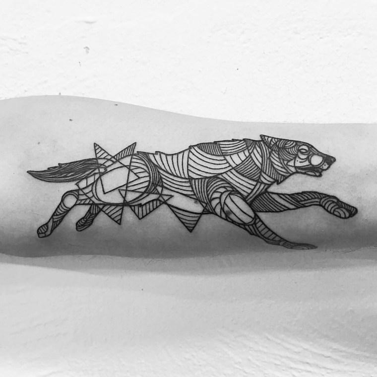 tatuajes de lobos-coriendo-diseno-geometrico