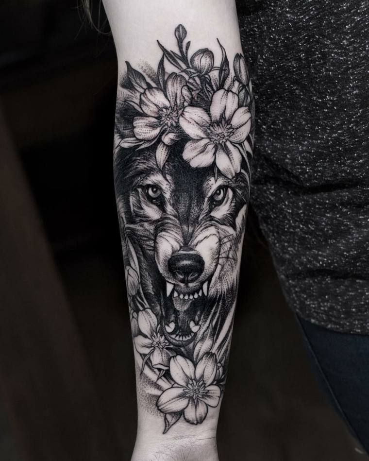 tatuajes-de-lobos-mano-flores-diseno