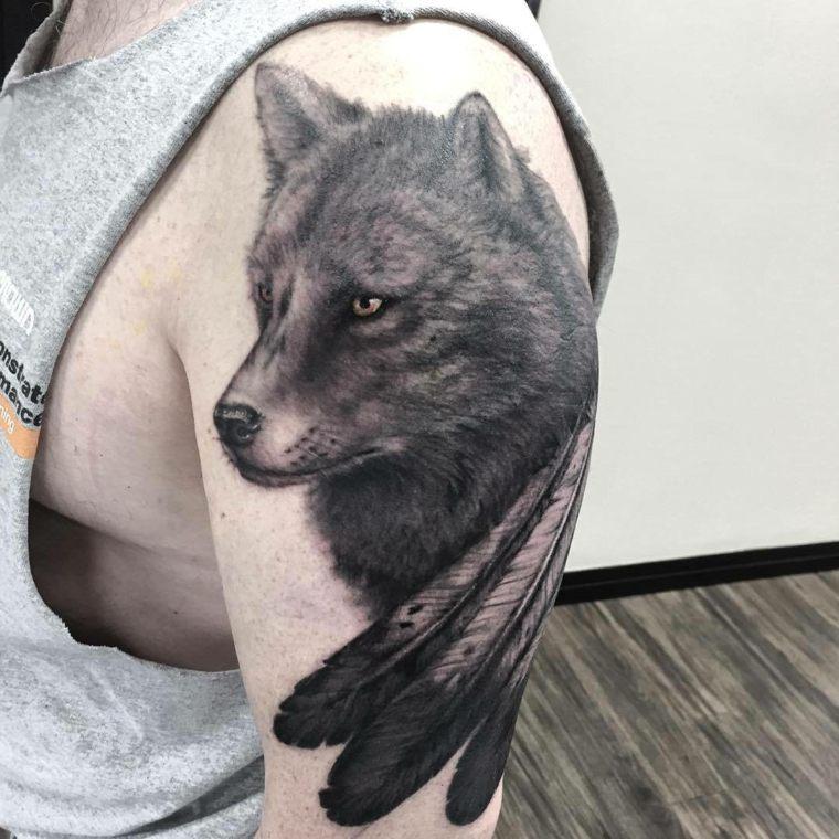 tatuajes-de-lobos-plumas-opciones