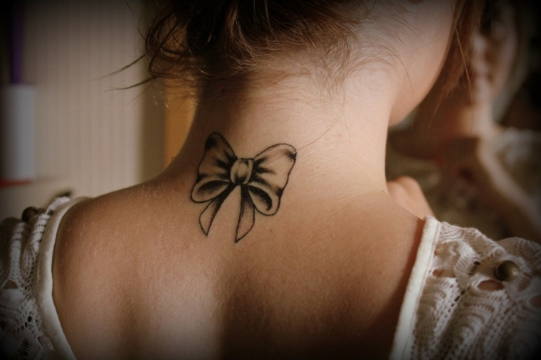 tatuajes-elegantes-mujeres-lazo-espalda