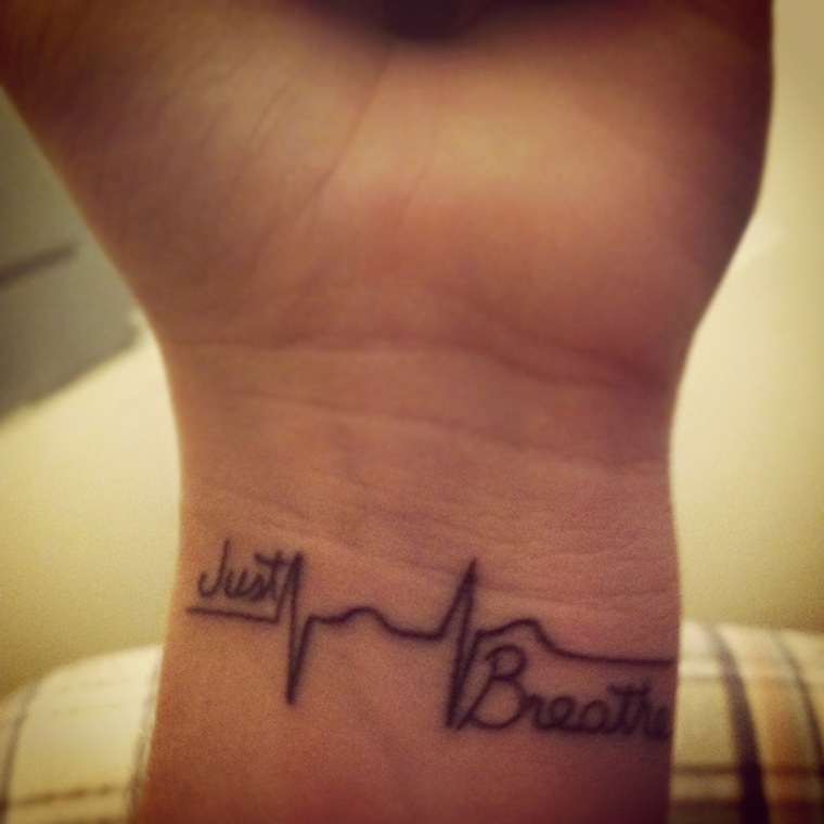 tatuajes-latido-corazon-mano-palabras