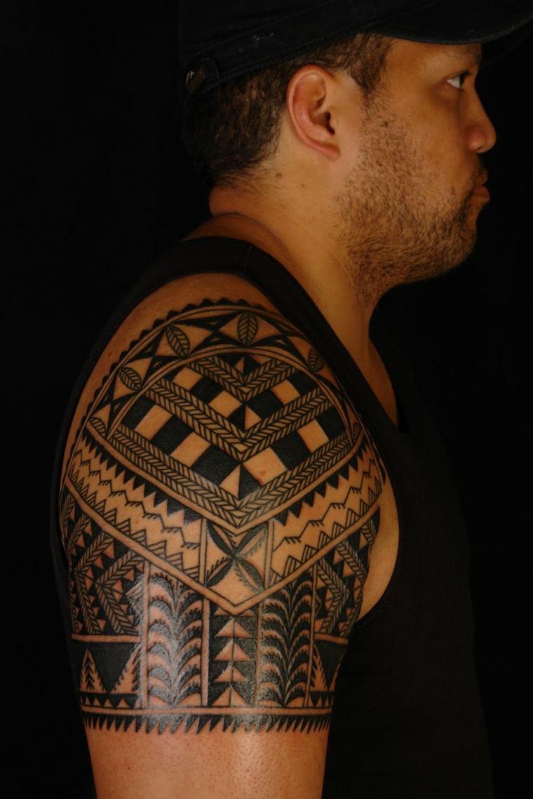 tatu con tribales mahoríes