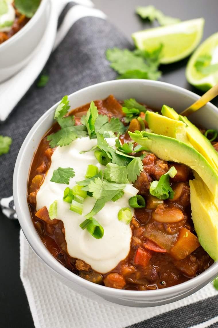 receta vegana de chili con carne y aguacate