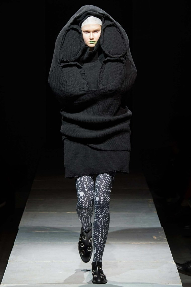 la moda abrigo negro mangas estilo destructivismo