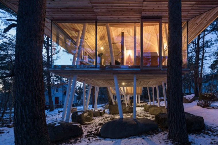 casa de madera diseño luces calidas