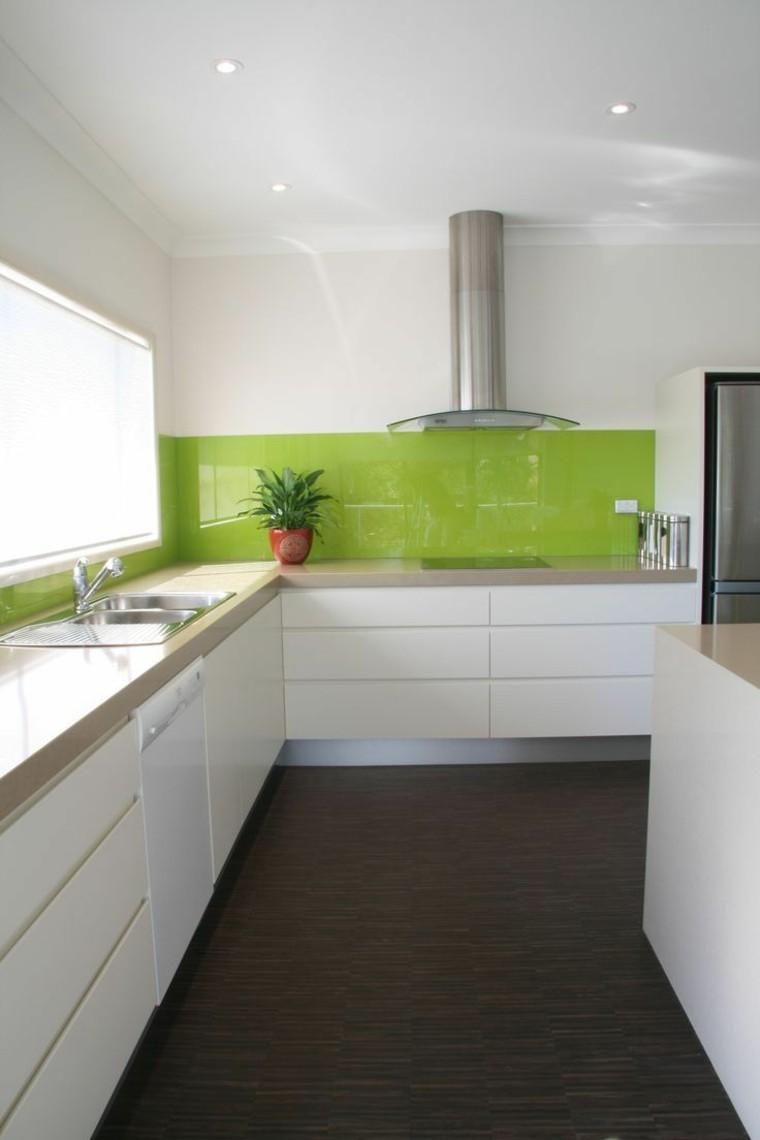 estupenda cocina con salpicadero verde