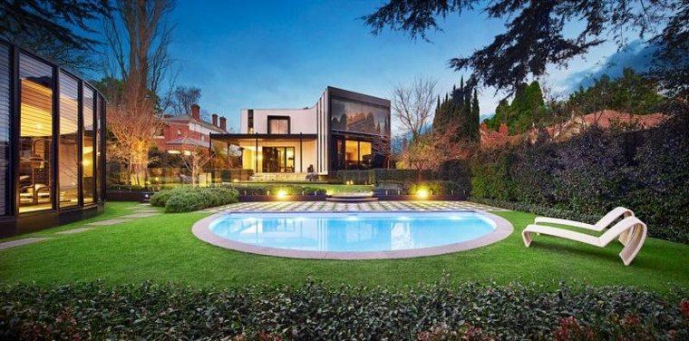 jardin-amplio-piscina-opciones-estilo-moderno