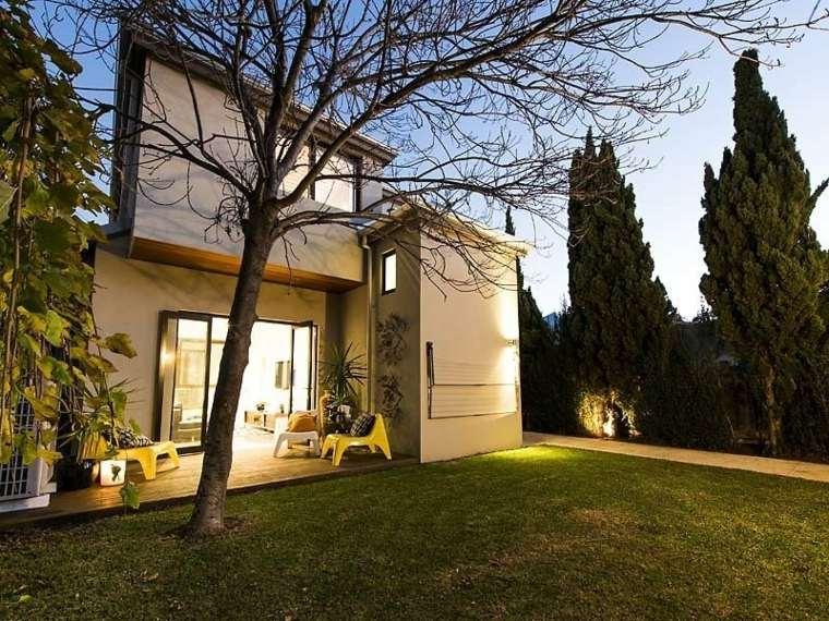 jardin-cesped-diseno-moderno-arboles-estilo