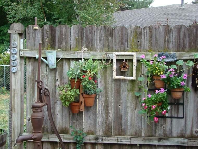 vallas de jardín con macetas