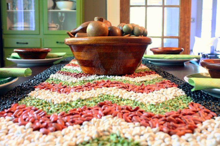 decoración de mesa con habas