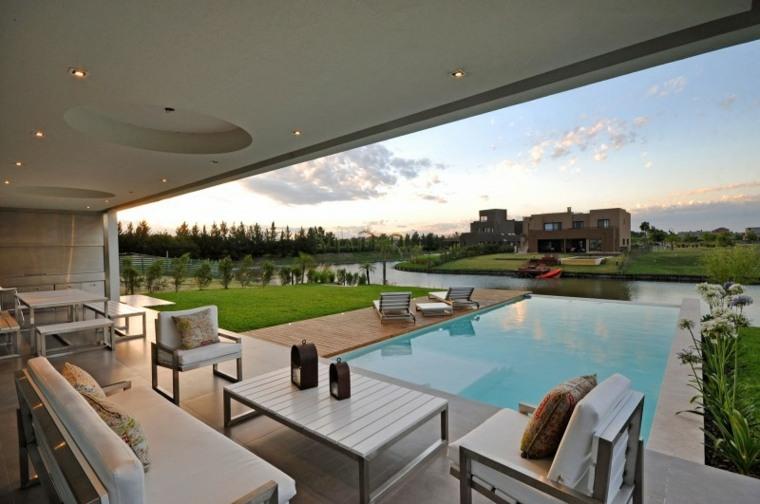 paisajes bonitos-cesped-piscina-madera