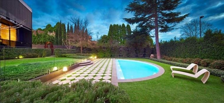 piscina-rodeada-cesped-opciones-diseno-jardin