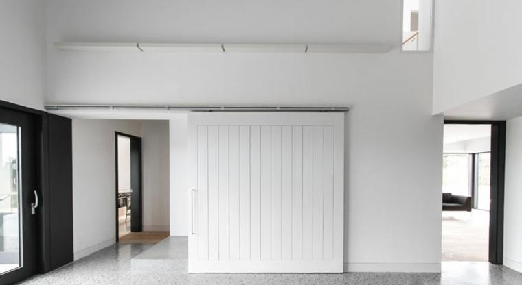 puerta blanca fusionada armonicamente