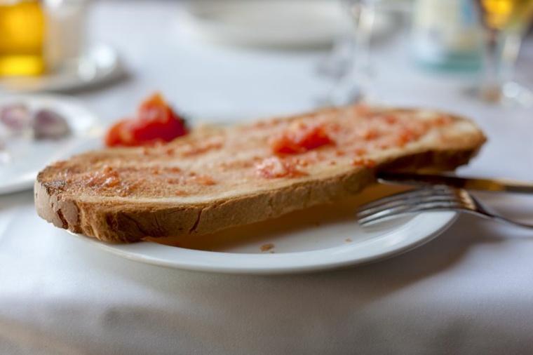 tostada con salmorejo español