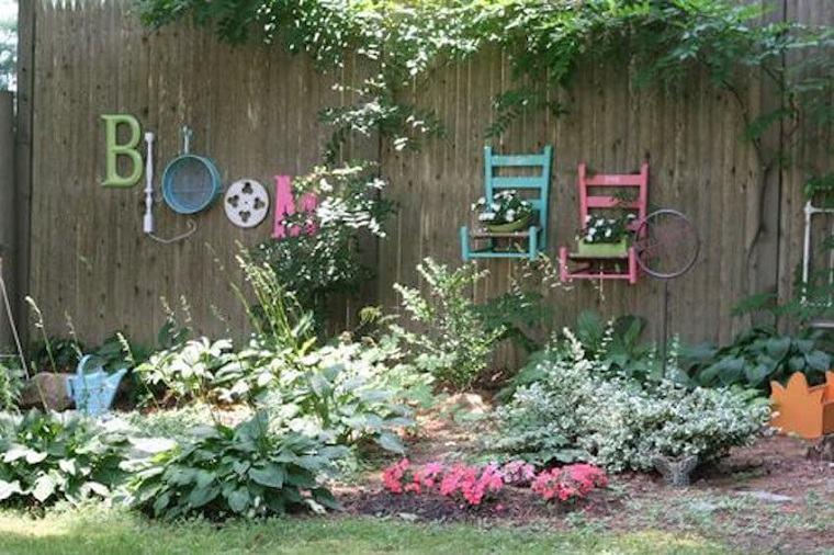 vallas de jardín con objetos