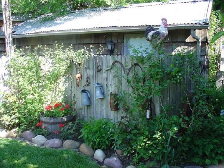 vallas de jardín con adornos rústicos