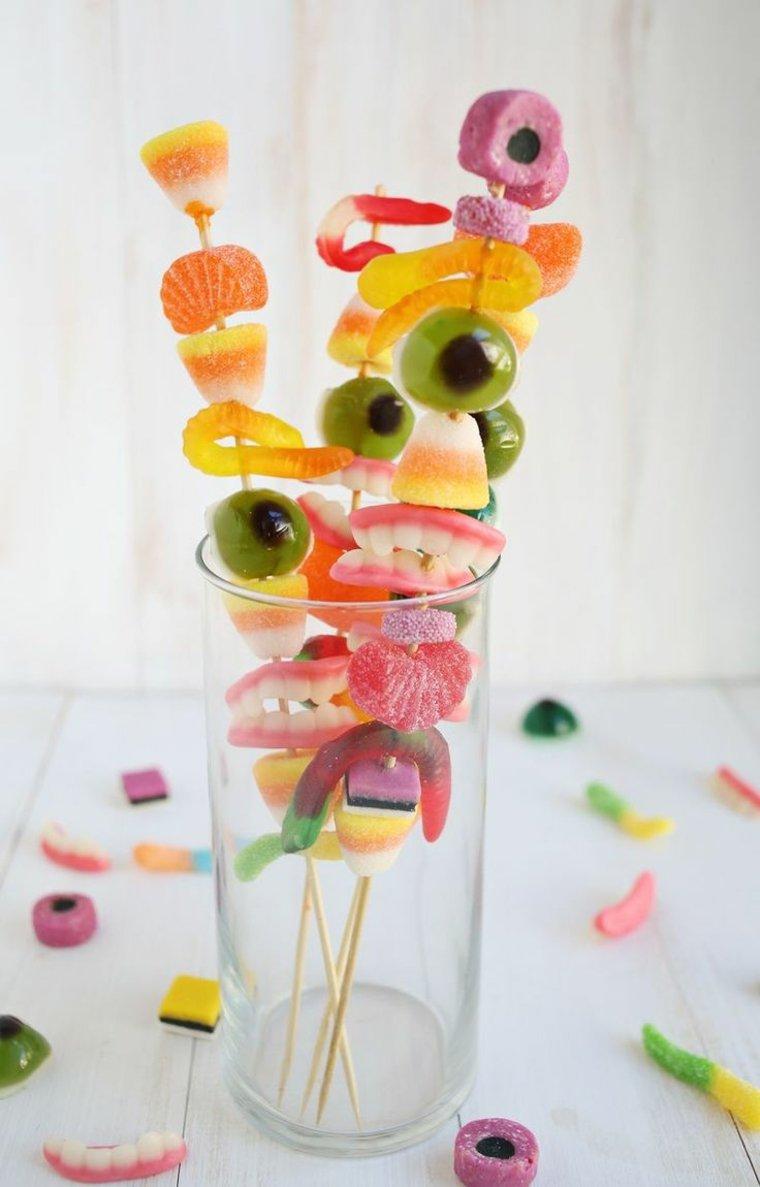 vaso con brochetas de gominolas