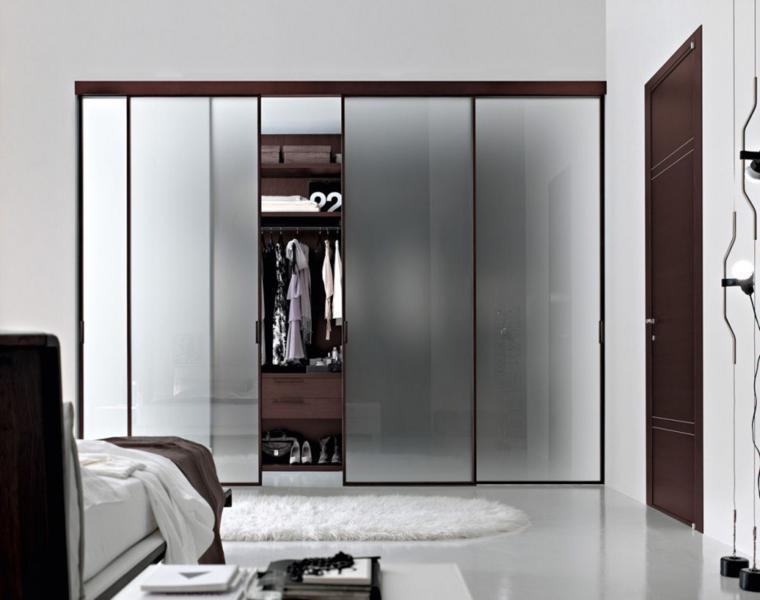 armario con puertas de vidrio