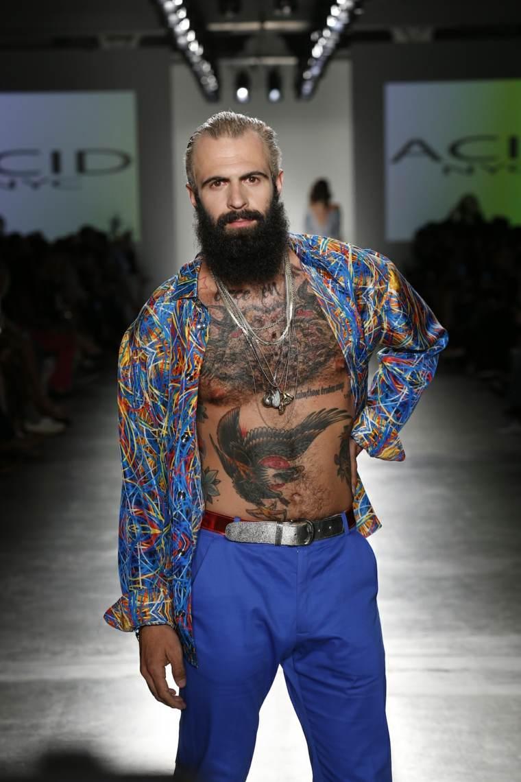 barba-negra-pelo-rubio-moda-hombre